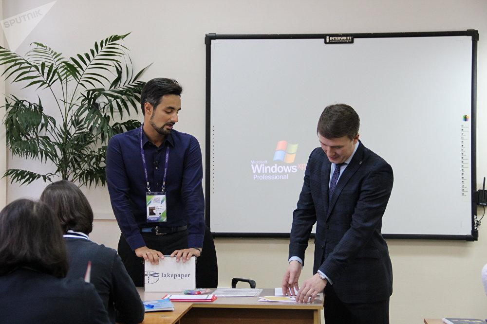 Valery Astanchuk, gerente do campo infantil Khaglar, e Nikolai Belykh, funcionário da corporação estatal russa Rosatom, durante uma aula aberta na escola Nº 9 de Sochi