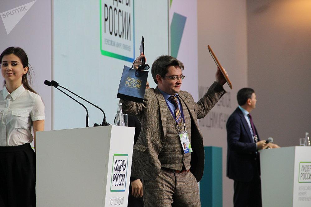 Viktor Orlovsky, empresário de Moscou, logo após receber o certificado de vencedor