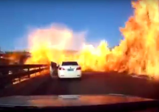 Caminhão provoca incêndio em estrada chinesa