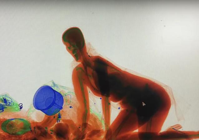 Bolsa é tudo: mulher passa por máquina de raio-X de bagagem na China