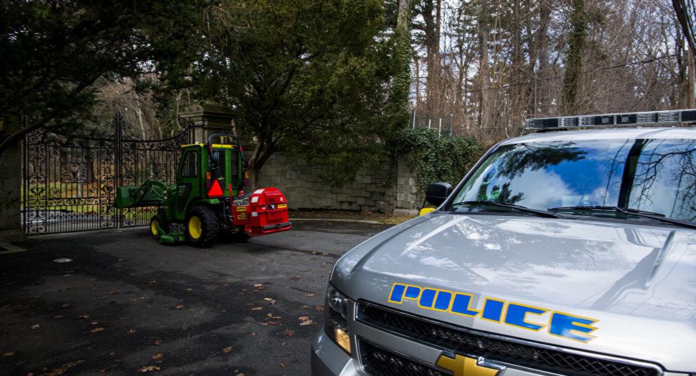 Um carro de polícia estacionado perto de propriedades privadas em Long Island, Nova York, EUA