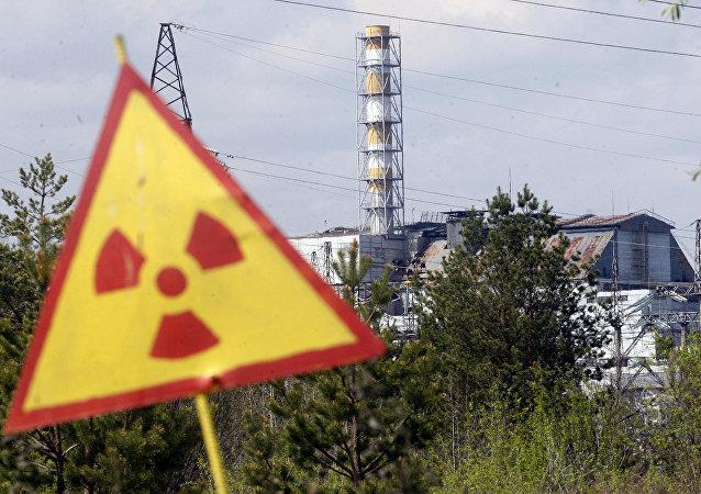 Sinal de radiação em frente da usina nuclear em Chernobyl