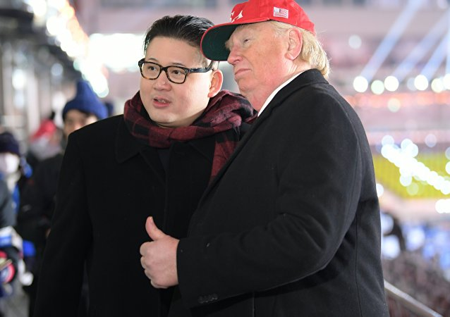 Sósias do presidente norte-americano, Donald Trump, e do líder norte-coreano, Kim Jong-un, posando para fotógrafos durante a cerimônia de abertura dos Jogos Olímpicos de Inverno de 2018 em Pyeongchang