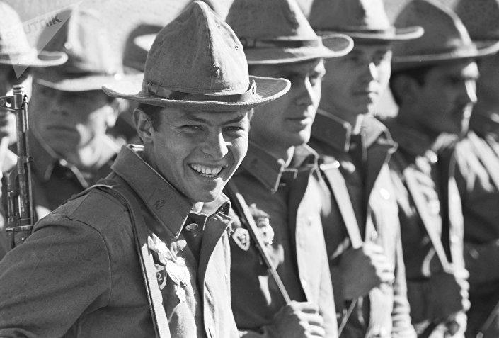 Soldados soviéticos regressados do Afeganistão após a campanha militar entre 1979 e 1988