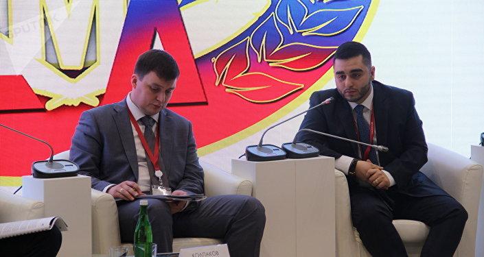 Konstantin Kolpakov, presidente do Conselho de Jovens Diplomatas da Rússia (à esquerda), e seu vice Areg Agasaryan (à direita) durante o Fórum de Investimentos 2018 em Sochi, em 15 de janeiro de 2018