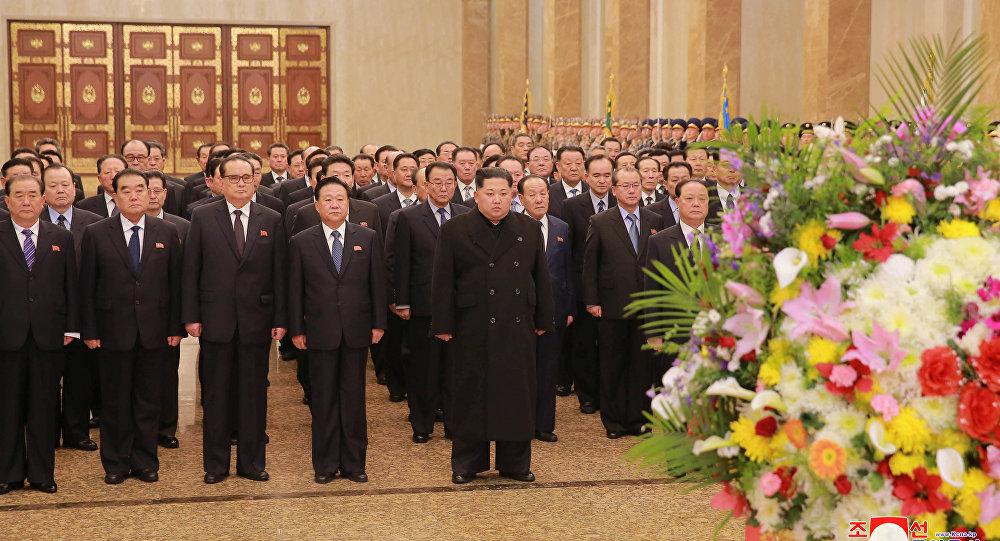 Líder norte-coreano Kim Jong-un presta homenagem ao ex-líder do país Kim Jong-il, Pyongyang