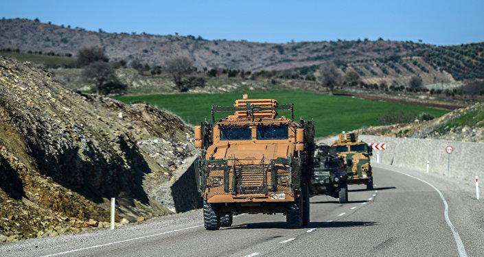 Comboio militar turco transporta soldados para a fronteira turco-síria