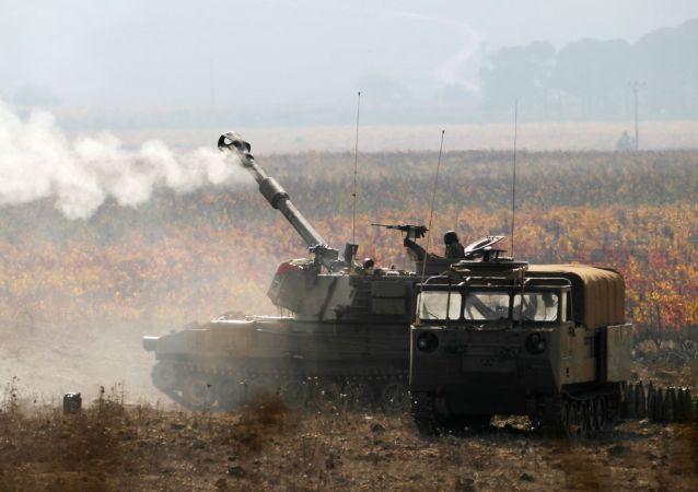 Militares israelenses durante manobras perto da fronteira com a Síria