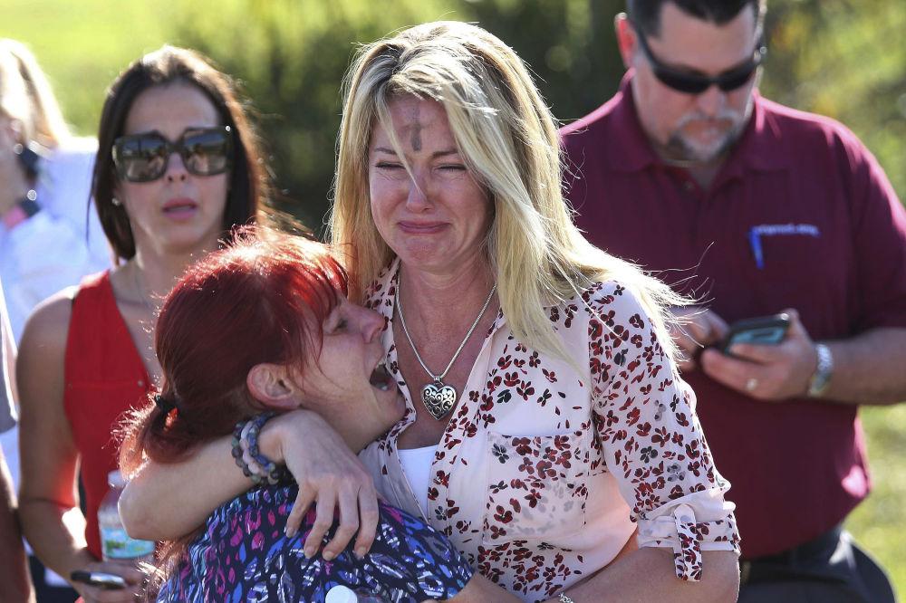 Familiares esperam por notícias após um tiroteio na escola Marjory Stoneman Douglas High School, na Flórida