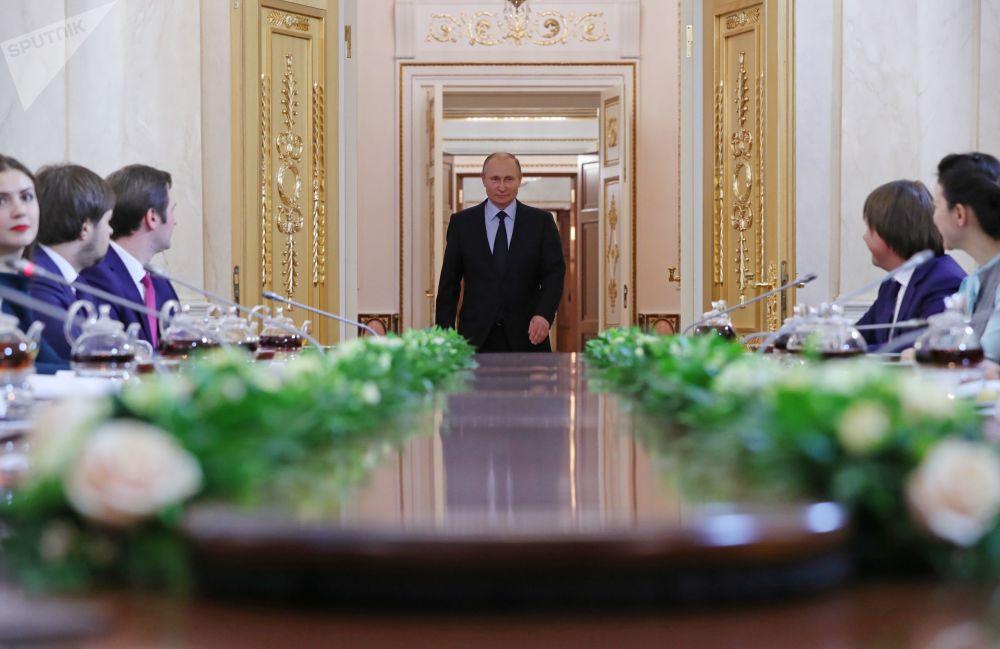 Presidente russo, Vladimir Putin, entra na sala para se encontrar com os finalistas do concurso Líderes da Rússia