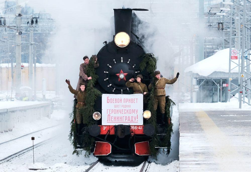 Participantes da reconstrução da chegada do primeiro trem a Leningrado (Atual São Petersburgo) pela Estrada da Vitória durante os festejos do 75º aniversário do levantamento do bloqueio à cidade