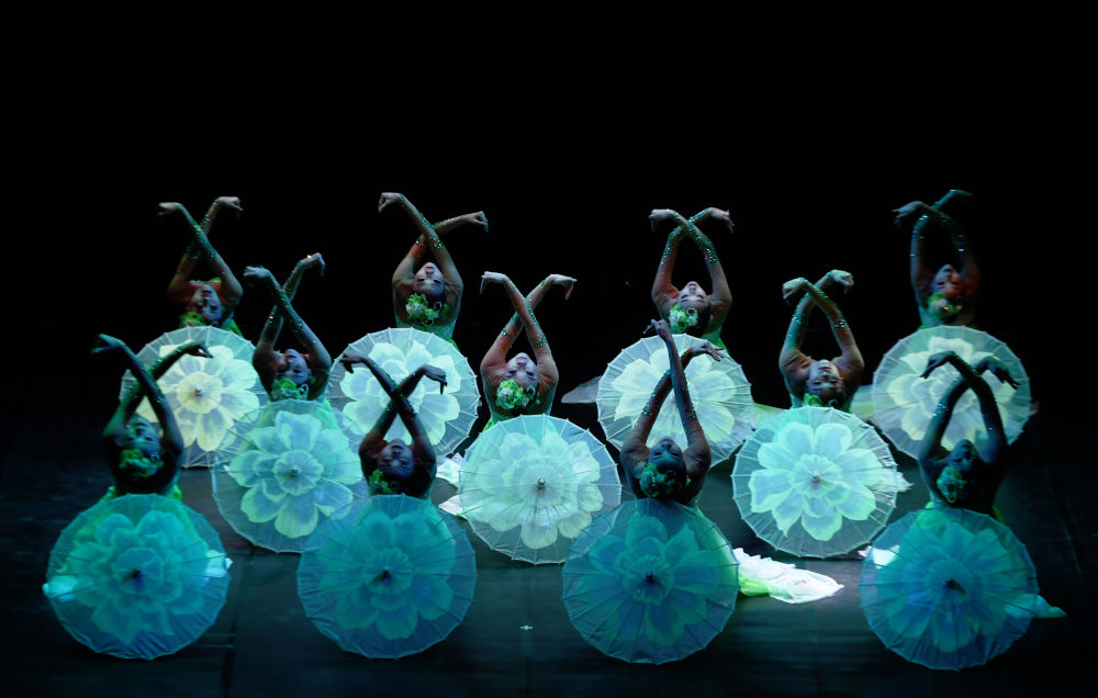 Dançarinos chineses atuam durante o Festival da Primavera no Ano Novo Lunar, na Índia