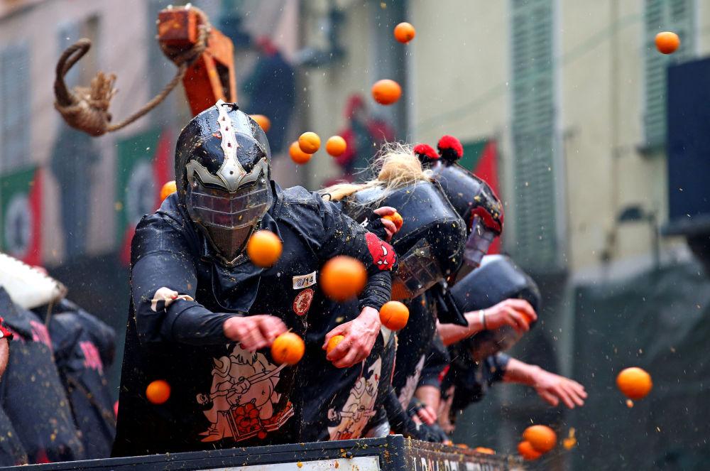 Batalha com laranjas durante o Carnaval anual na cidade italiana de Ivrea