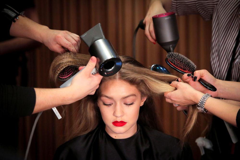 Modelo Gigi Hadid se prepara para sair ao palco durante a semana da moda em Nova York