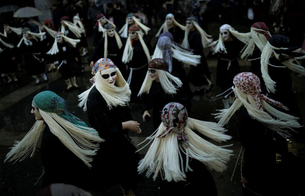 Mulheres vestidas de bruxa Lamia dançam durante o Carnaval na cidade basca de Mundaka, na Espanha