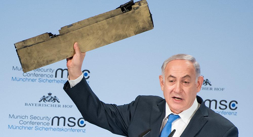 Netanyahu discursa durante a Conferência de Segurança de Munique com destroço do suposto drone iraniano, em 18 de fevereiro de 2018