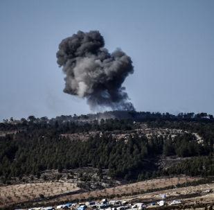 Fumaça causada por explosão na cidade síria de Afrin durante operação turca Ramo de Oliveira (imagem referencial)