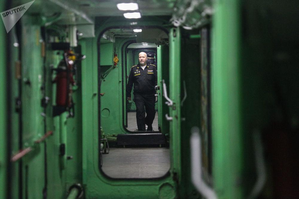 Oficial da marinha a bordo do Admiral Kuznetsov em Murmansk