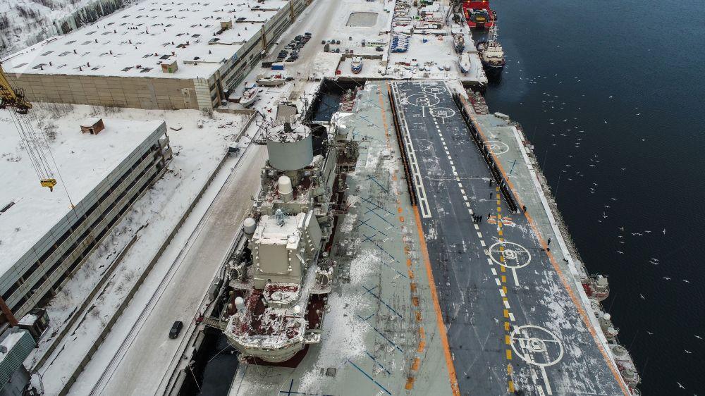 Convés do Admiral Kuznetsov atracado no estaleiro em Murmansk