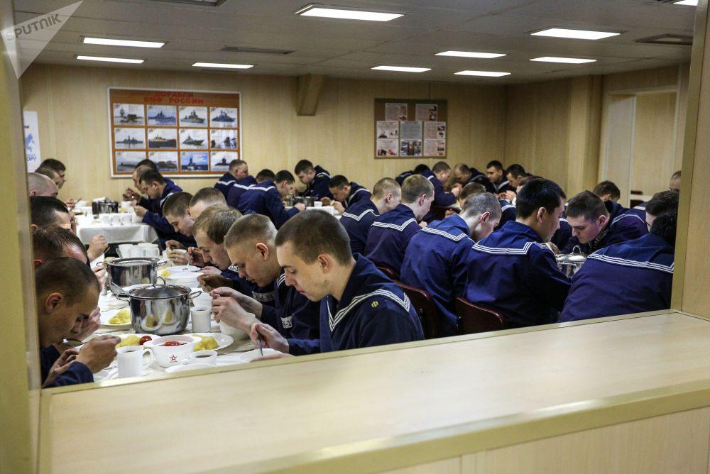 Membros da tripulação no refeitório do navio