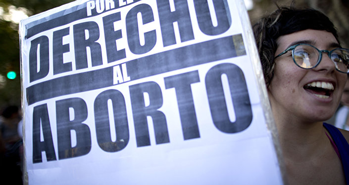 Jovem segura cartaz em defesa da legalização do aborto na Argentina (arquivo)