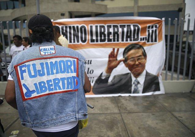 Apoiadora de Alberto Fujimori pede liberdade para o ex-presidente peruano, condenado por crimes contra a humanidade (arquivo)