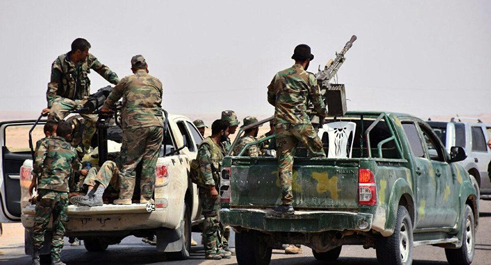 Homens armados das tropas governamentais em caminhões no leste de Deir ez-Zor, Síria