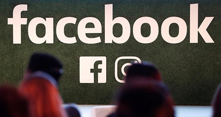 Logotipo do Facebook com ícones de aplicativos Facebook e Instagram é visto em uma conferência em Bruxelas em 23 de janeiro de 2018