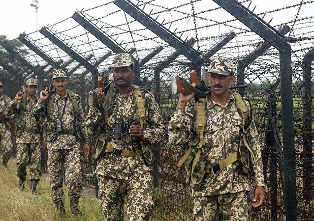 Guardas de fronteira da Índia patrulham a fronteira da Bangladesh perto Siliguri, 6 de setembro de 2011
