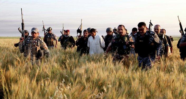As forças de segurança detem supostos militantes do Estado Islâmico durante uma operação