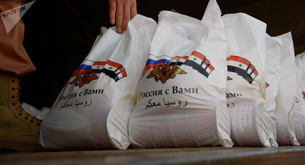 Residentes sírios recebem ajuda de ajuda humanitária russa