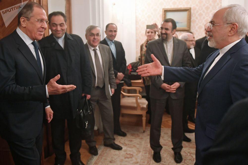 Chanceler russo, Sergei Lavrov (à esquerda) e seu homólogo iraniano (à direita) durante uma reunião bilateral em Moscou