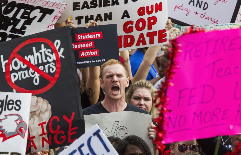 Manifestantes junto ao Capitólio da Flórida exigem reforçar o controle do porte livre de armas nos EUA