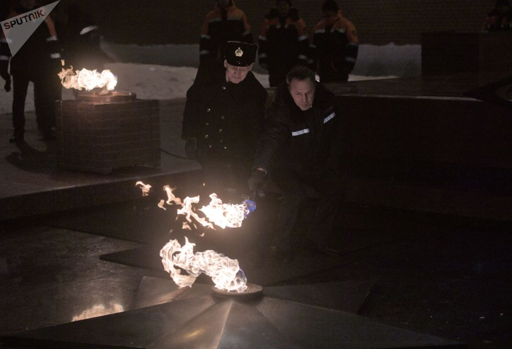 Fogo Eterno do Túmulo do Soldado Desconhecido no centro de Moscou, no Dia do Defensor da Pátria, celebrado na Rússia em 23 de de fevereiro