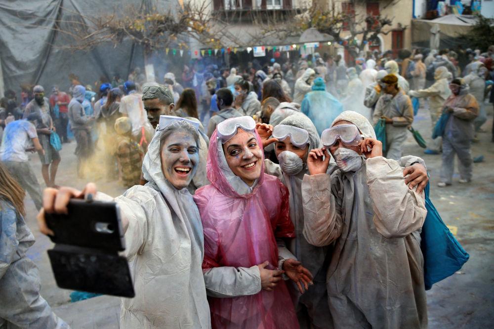 Moças tiram selfie durante as lutas de farinha no Carnaval da Grécia