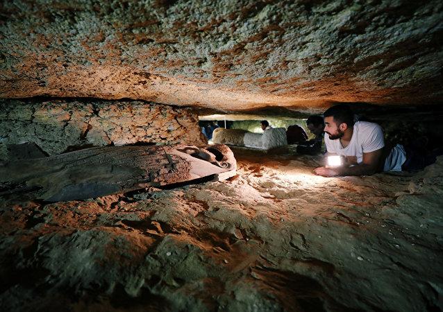 Arqueólogos egípcios trabalham no cemitério em Minia