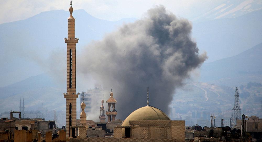 Fumaça paira sobre bairros da capital síria, Damasco, após explosão