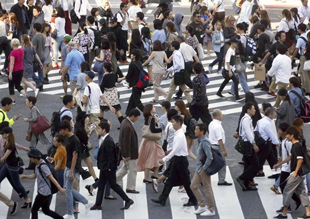 Pedestres em uma das ruas do bairro de Shibuya, Tóquio