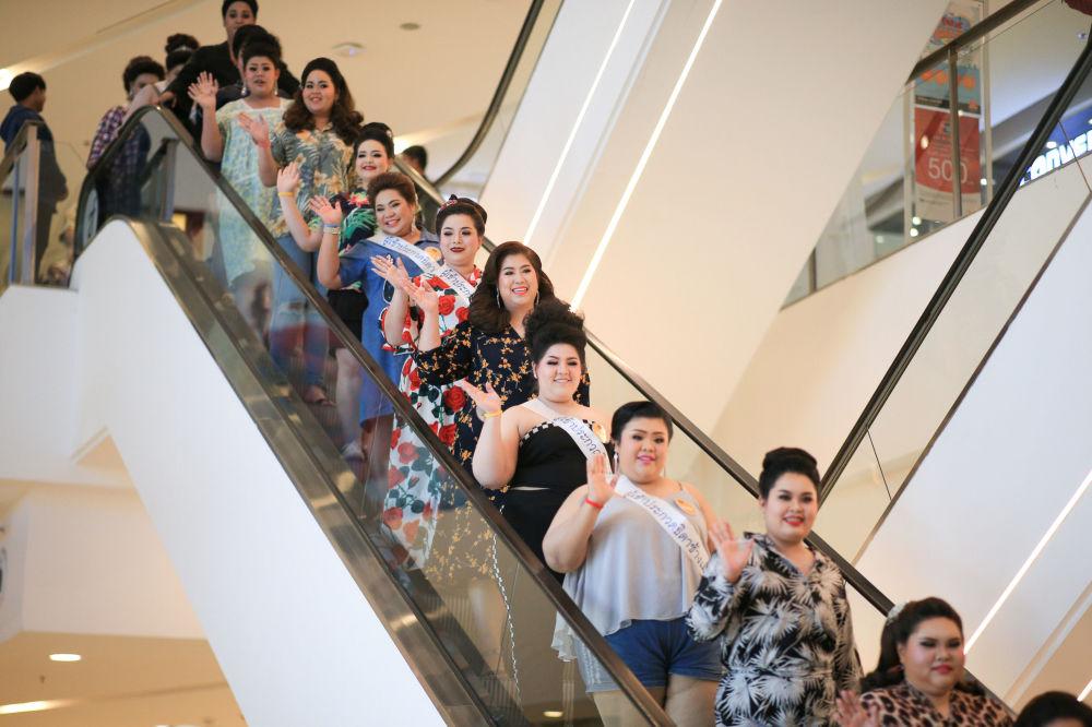 Candidatas se preparam para a final do concurso de beleza para mulheres corpulentas Miss Jumbo 2018, na Tailândia, em 24 de fevereiro de 2018