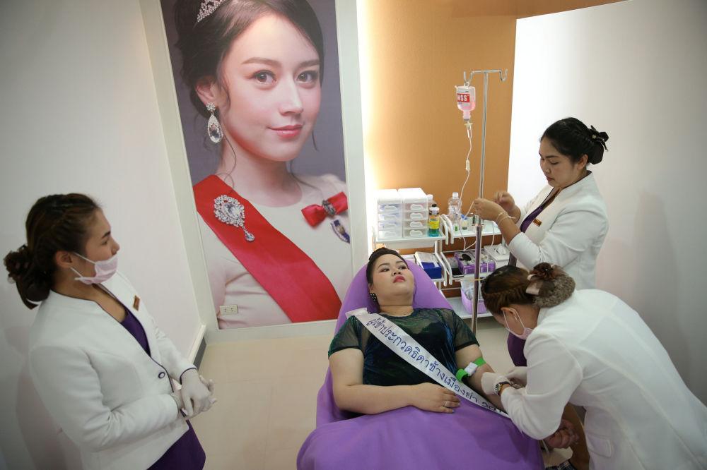 Candidata do concurso de beleza para mulheres corpulentas Miss Jumbo 2018 recebe tratamentos de beleza nas vésperas da final