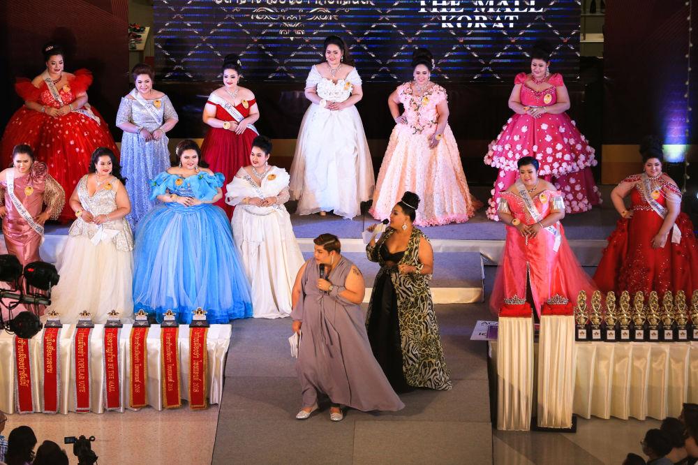 Competidoras tomam parte da cerimônia de condecoração no âmbito do concurso de beleza para mulheres corpulentas Miss Jumbo 2018, na Tailândia, em 24 de fevereiro de 2018