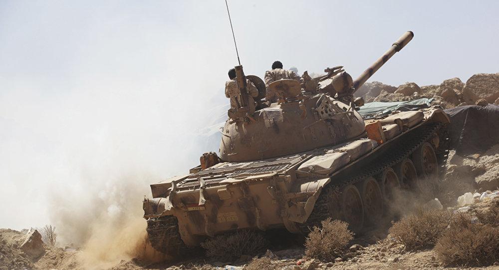 Soldados iemenitas aliados do governo internacionalmente reconhecido em um tanque nos arredores de Sanaa