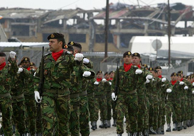 Soldados portugueses da missão de paz da OTAN em desfile militar em Pristina, Kosovo