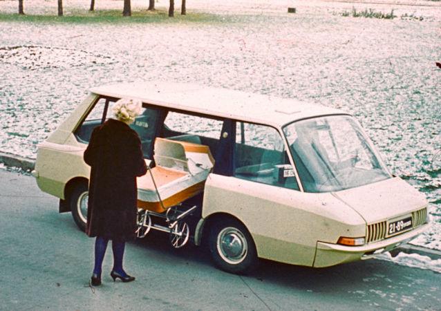 Este táxi era compacto, fácil de dirigir e espaçoso. O porta-malas ficava na parte traseira. Uma divisória separava o assento do condutor e os bancos de trás. A porta do passageiro era deslizante e se ativava eletronicamente. Apenas duas unidades deste veículo foram fabricadas, uma delas chegou a funcionar nas ruas de Moscou. Entretanto, o carro nunca foi produzido em série