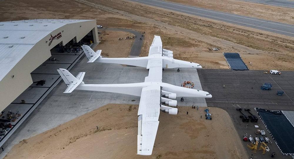 O Stratolaunch no centro de testes no deserto de Mojave, EUA
