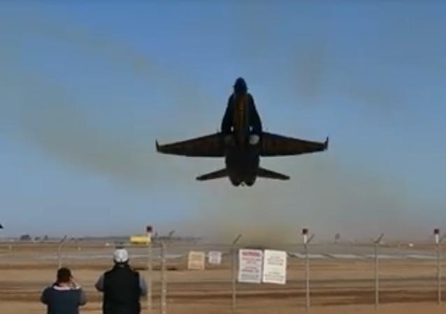 Decolagem espetacular de avião da esquadrilha acrobática da Marinha dos EUA