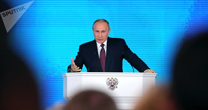 Vladimir Putin gesticula durante Mensagem anual à Assembleia Federal da Rússia em 1 de março de 2018