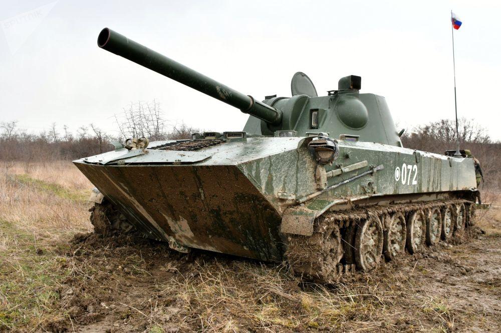 Morteiro ligeiro autopropulsado 2S9 Nona durante as manobras táticas das Forças Aerotransportadas no polígono Raevsky