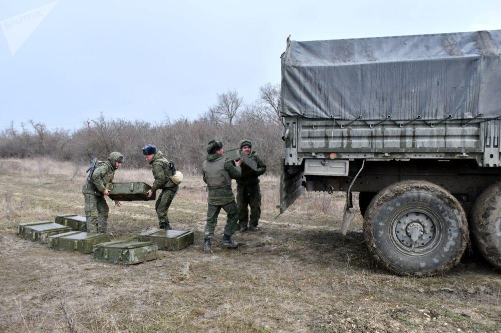 Militares embarcam munições em um veículo durante as manobras táticas das Forças Aerotransportadas no polígono Raevsky