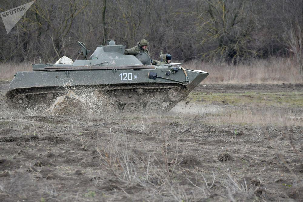 Militares russos de veículos blindados durante as manobras táticas das Forças Aerotransportadas no polígono Raevsky